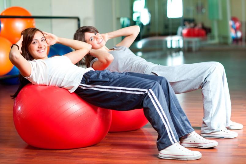Гимнастика на фитболе, который мягко пружинит, в первую очередь рекомендуется людям с лишним весом, варикозным расширении вен, остеохондрозом,  артритом или пожилым людям.