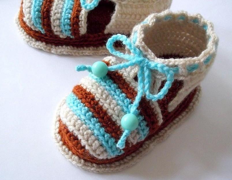 Вязать первую детскую обувь можно как спицами, так и крючком