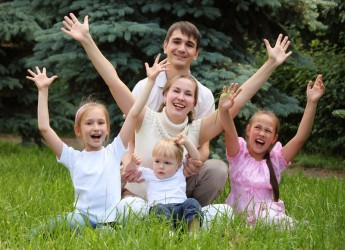 Налоговые вычеты на детей могут получать не только родители, но и опекуны или усыновители.