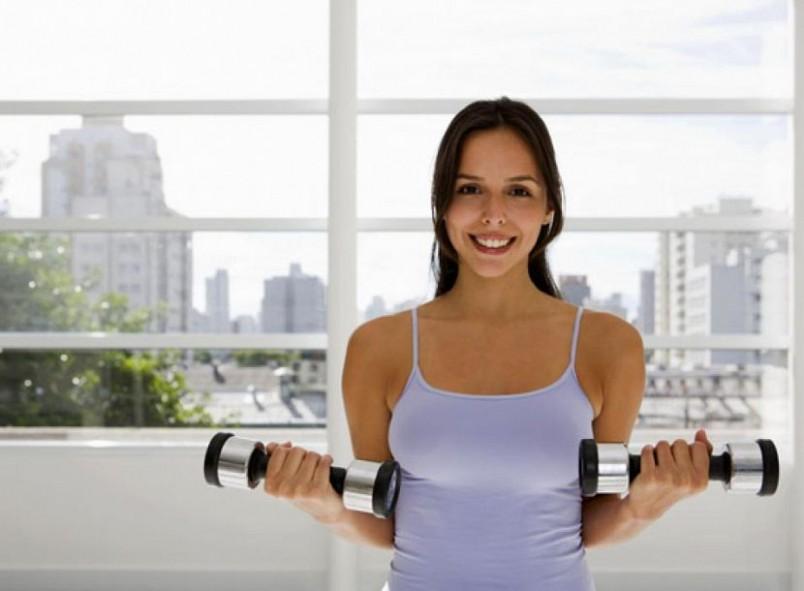 Хорошими упражнениями для грудных мышц являются отжимания, жим лежа, разведение рук с гантелями.