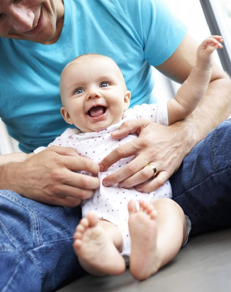 При правильном развитии ребенка в 6 месяцев он начинает различать «своих» и «чужих».