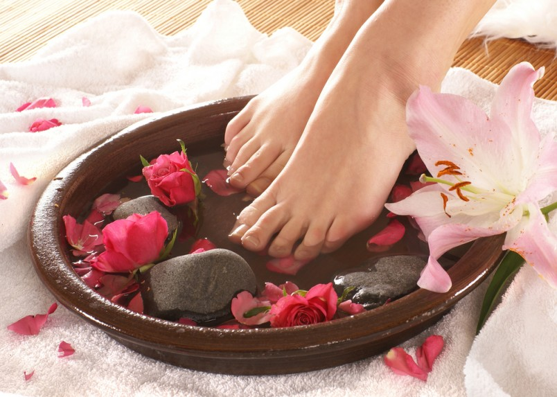 Ванночки для ног в домашних условиях помогут не только сделать ваши ножки привлекательными, но и снимут усталость, отеки, окажут расслабляющее и омолаживающее действие.