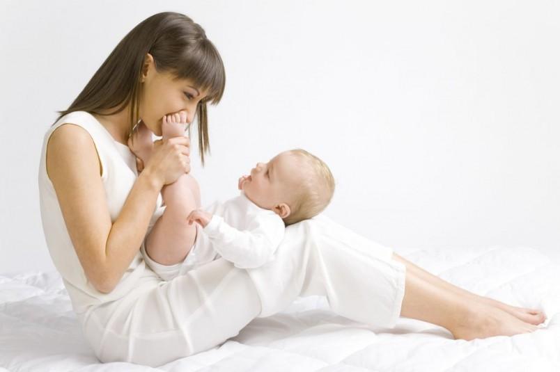 С четырехмесячного возраста педиатры рекомендуется выполнять упражнения, чтобы ребенок сел