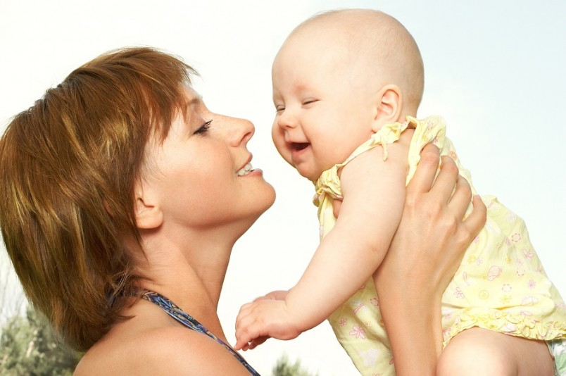 Для новорожденных приобретать ворох одежды не имеет смысла, так как они очень быстро из нее вырастают.