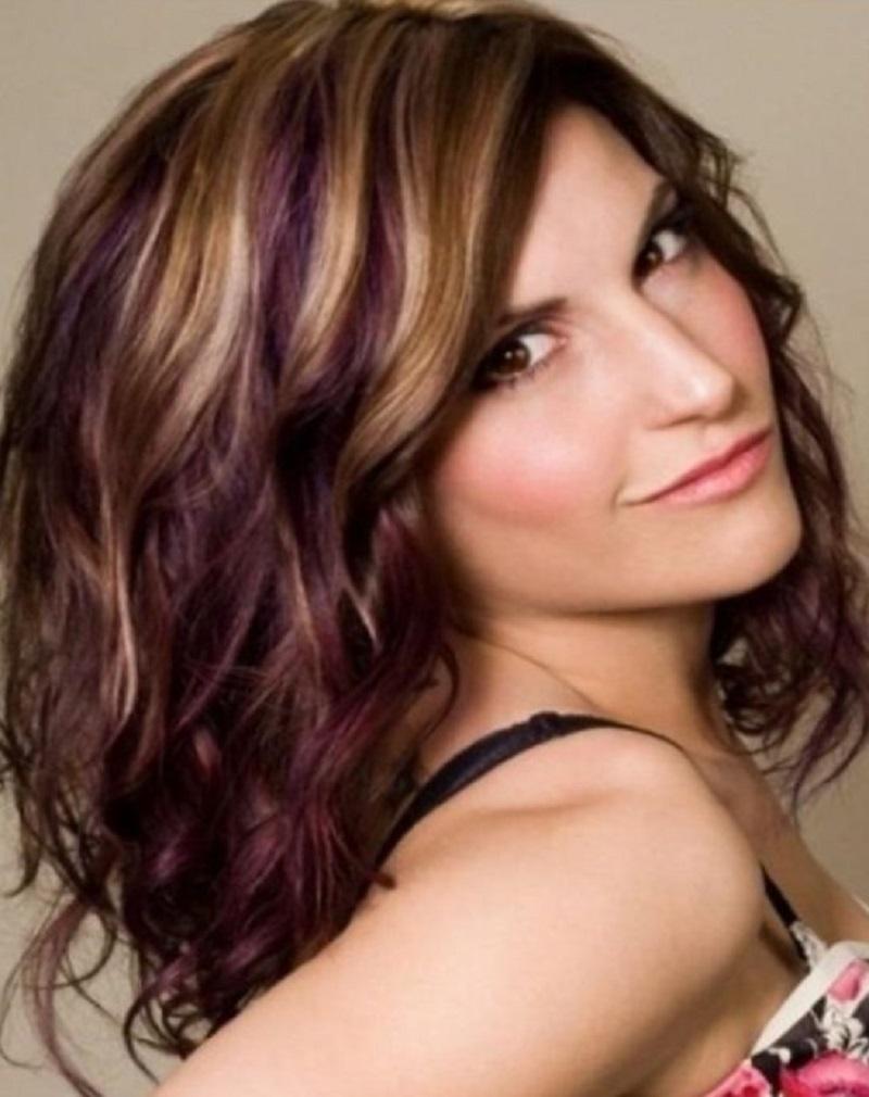 Для вьющихся длинных волос каскад -  самая универсальная, подходящая почти ко всем типам лица стрижка, придающая прическе объем, а волосам иллюзию большей длины, чем она есть на самом деле.