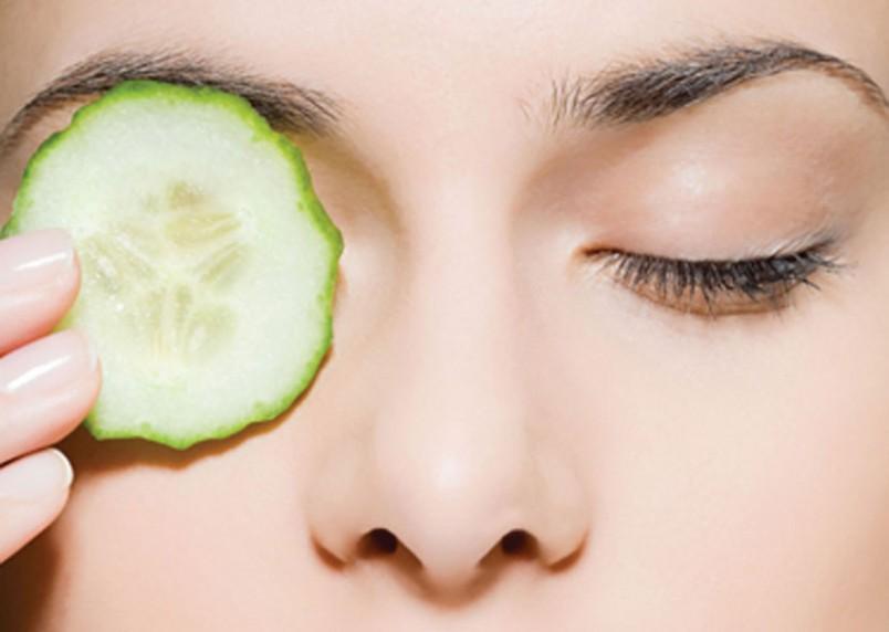 Народные средства против морщин вокруг глаз хороши тем, что они абсолютно безопасны, экономичны и просты.