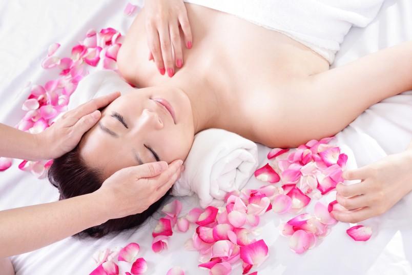 Традиционный японский массаж лица позволяет восстановить микроциркуляцию крови и лимфы, улучшает питание кожи и мышц, устраняет отеки.