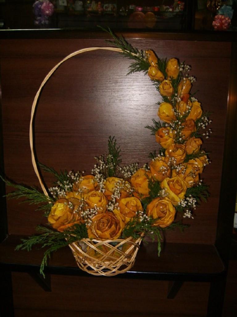 Цветы из листьев станут прекрасным элементом декора вашей квартиры.