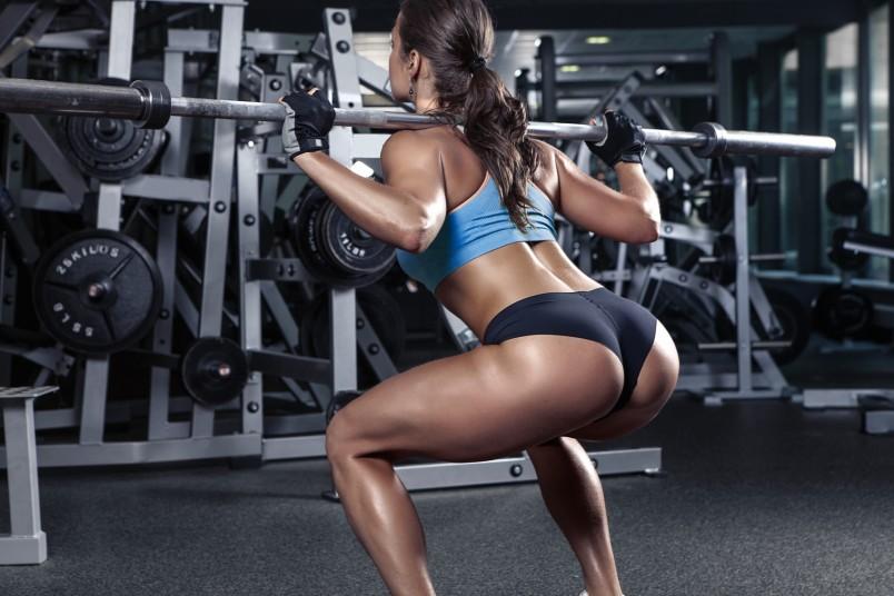 Приседания – одно из самых эффективных упражнений для ягодиц, они помогают увеличить ягодичные мышцы в объеме.
