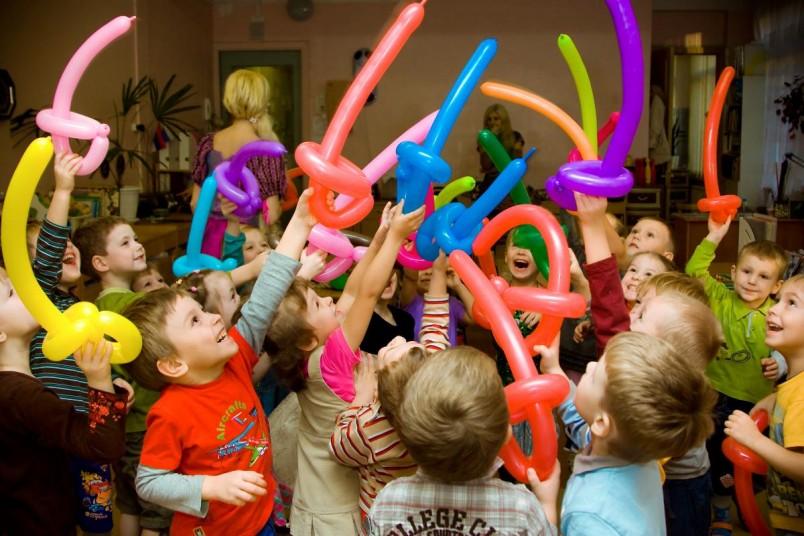 Битва на мечах, сделанных из воздушных шаров, по соответствующее музыкальное сопровождение доставит удовольствие маленьким гостям.