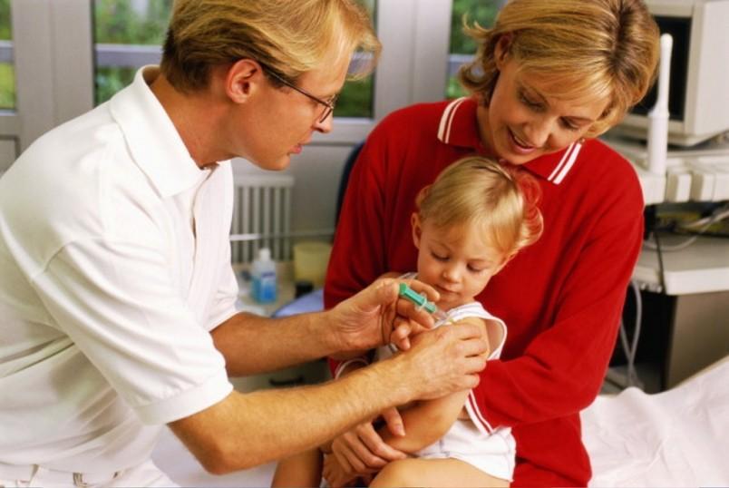 Прививка от гриппа – дело добровольное, а выполнять ли прививку ребенку – решают только родители.