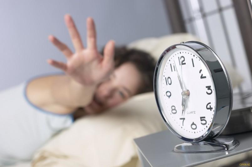 Недосыпание одна из причин появления темных кругов под глазами.