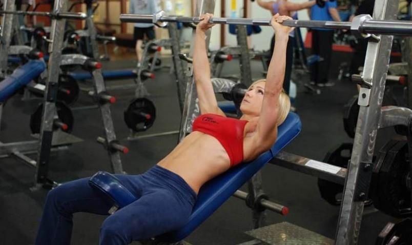 Если регулярно выполнять упражнения, которые «затрагивают» грудные мышцы можно улучшить форму груди, придать ей упругость.