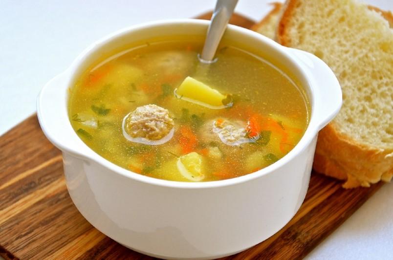 Теоретически годовалый малыш должен отдавать предпочтение протертым супам, но есть дети, которым больше нравятся первые блюда, в которых продукты нарезаны мелкими кусочками.