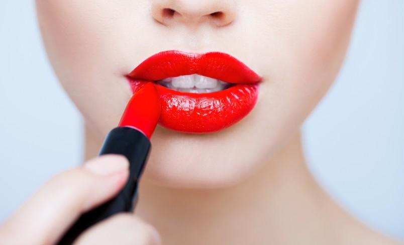 Красная помада на губах - стильное оружие соблазнения.