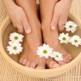 Чтобы снять усталость после дня на ногах, делайте контрастные ванночки у себя дома.