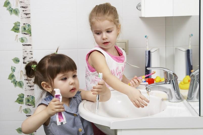 Временные зубы у малышей подвержены кариесу, за этим обязательно нужно следить, так как инфекция молочного зуба может повлечь за собой повреждение постоянного.