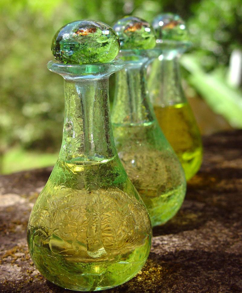 Эфирное масло чайного дерева достойно занять самое почетное место в шкафчике с вашими косметическими средствами.