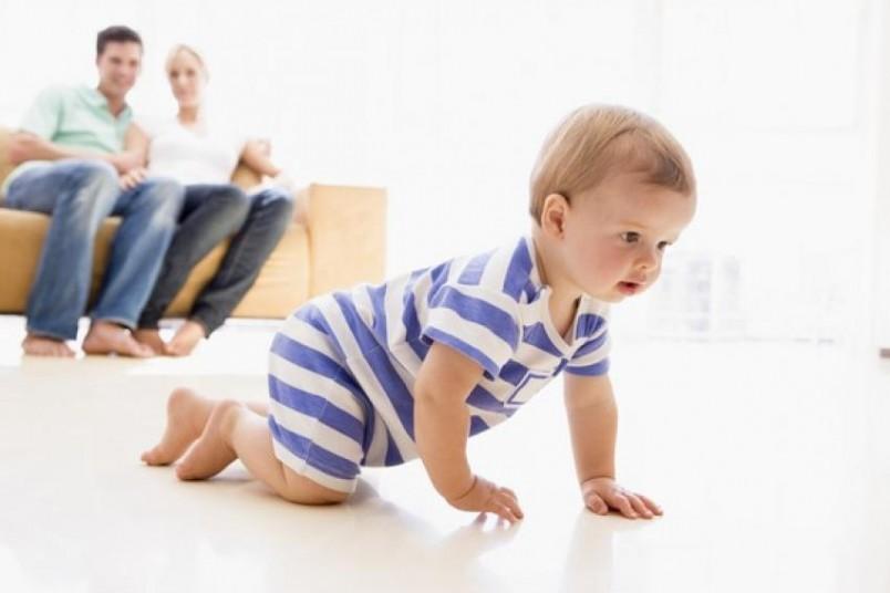 Если говорить о средних цифрах, то обычно ребенок самостоятельно ползает, хорошо и уверенно, в возрасте 7-8 месяцев.