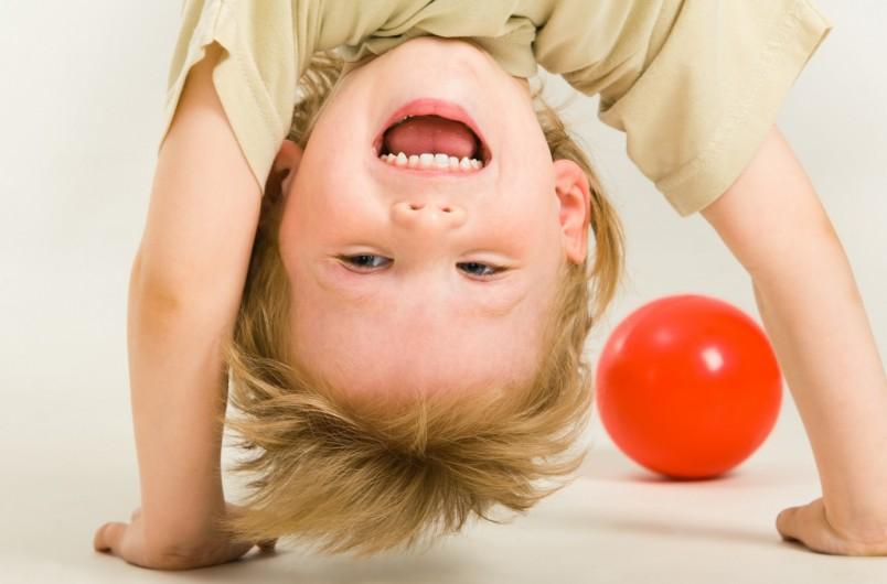 В трехлетнем возрасте у ребенка возникает первый кризис. Малыш становится капризным, упрямым.