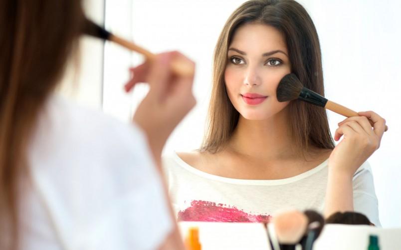 Текстура румян может существенно повлиять на корректировку овала лица.