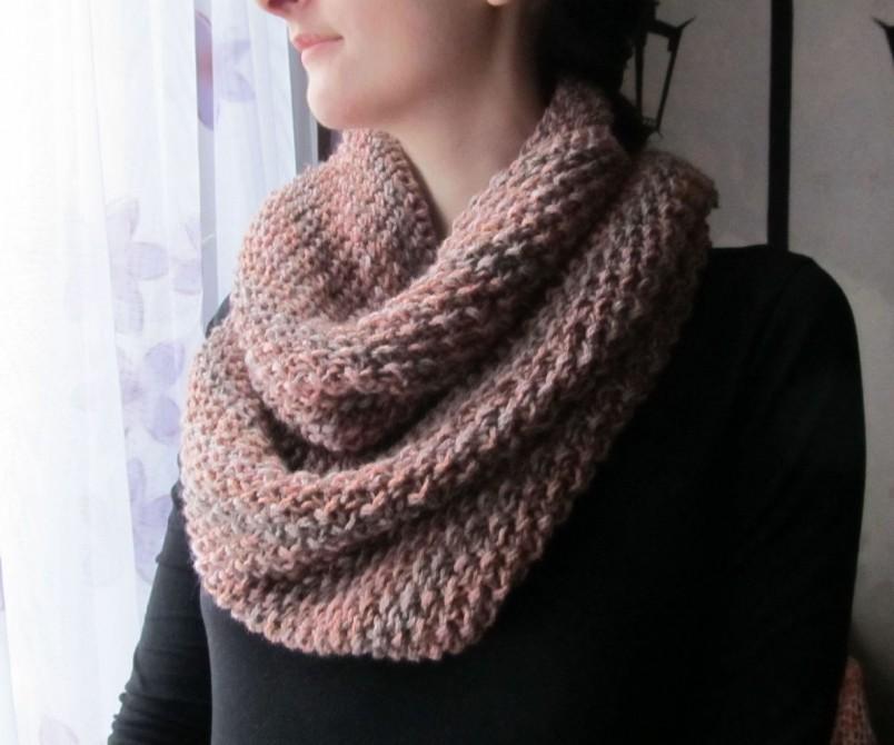 Чаще всего шарфы-снуды вяжут на круговых спицах. В этом случае изделия получаются бесшовными.