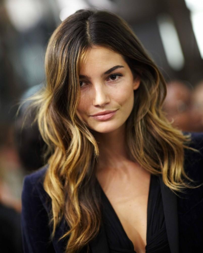 Мелирование позволяет сделать волосы зрительно более густыми, ведь перепад цвета способен придавать объем, так что данный способ покраски можно использовать и на раннем появлении седины.