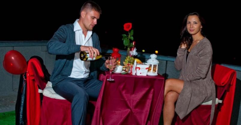 Романтический ужин при свечах со стихами - один из классических вариантов поздравления с днем рождения мужу.