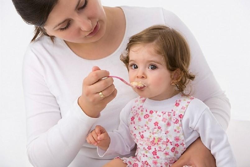 Самый оптимальный и правильный способ отучит малыша от грудного молока – это постепенное сокращение числа прикладываний в течение дня. Вместо груди малышу можно предложить кашу.
