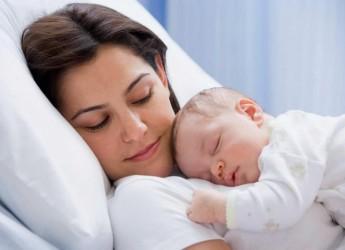 Прыщики на лице у новорожденных могут появиться в результате разных причин.