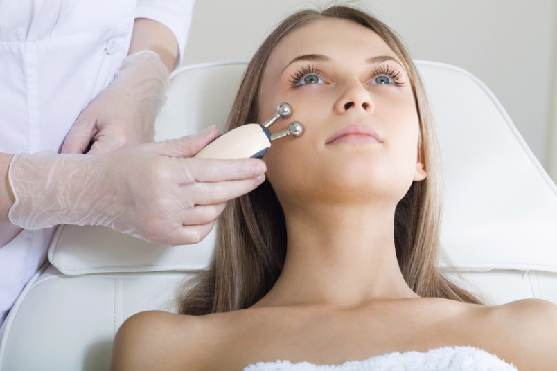 Микротоковая терапия является очень популярным способом лечения кожи лица от морщин, растяжек, пигментных пятен, прыщей и прочих неприятностей.