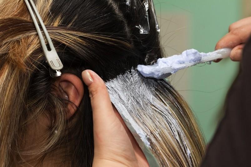 Главной причиной возникновения самого распространенного мифа о том, что окраска волос в интересном положении может вызвать выкидыш или преждевременные роды, является состав красок в начале 20-го века. В то время практически все эти средства содержали в большом количестве аммиак и тяжелые металлы.