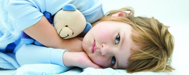 Боль, резь, колики в животе, чаще всего диарея с примесью слизи, возможно крови, рвота и повышенная температура тела указывает на острый воспалительный характер отравления.