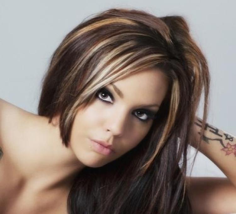 При легком мелировании на черные волосы, им придает ярко-рыжий цвет, так что нужно учитывать все нюансы и выбирать необходимый тон.