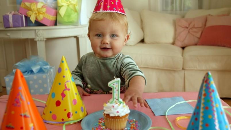 Поскольку виновник торжества мал (ему же 1 год), и чтобы не слишком его утомлять в его первый день рождения, гостей нужно приглашать немного.