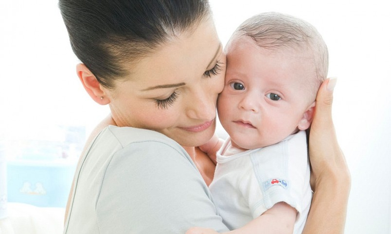 Если ребенок срыгивает после кормления, его нужно немножко подержать в вертикальном положении.