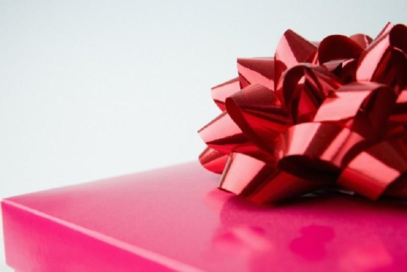 Нельзя покупать в подарок любые предметы и вещи, касающиеся здоровья, питания и гигиены малыша, не посоветовавшись с родителями.