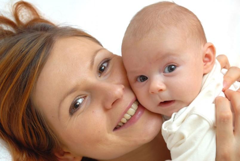В большинстве случаев прыщики на лице у новорожденного – гормональное явление, которое не требует лечения и проходит самостоятельно.