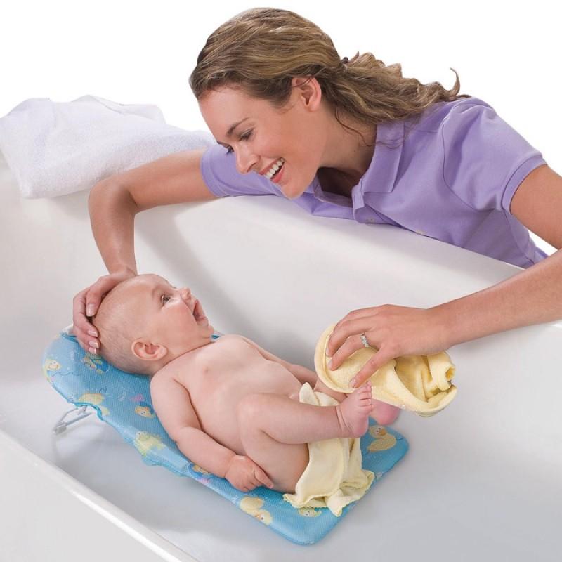 Купание новорожденного ребёнка можно проводить в любое время дня, когда он бодрствует.