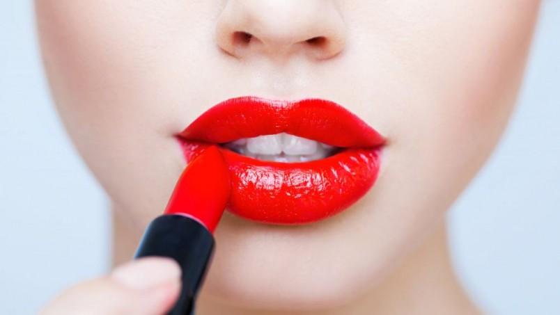Вы можете также взять на вооружение следующий хитрый прием – белым косметическим карандашом прочертите над верхней губой линию, которая повторяет губной контур.