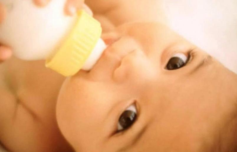 Новорожденному рекомендуют давать бифидумбактерин в виде ампул или сухого порошка.