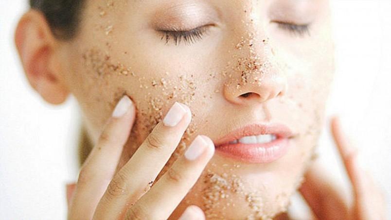 При выборе рецепта для пилинга лица в домашних условиях рекомендуется обратить внимание на ваш тип кожи.