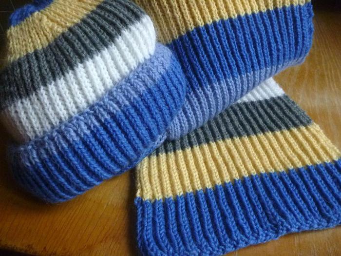 Вязание английской резинкой потребует больше пряжи, но вы почувствуете плотность и пышность связанных вами шапочек и шарфиков.