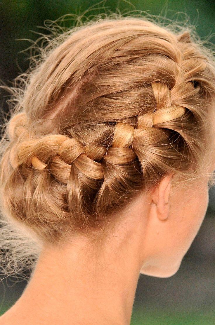 Достаточно просто, доступно и красиво. Плетение косичек на среднии волосы и оригинально и не броско, и придает женщине радость весеннего настроения.