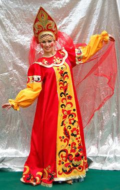 Симпатичная Василиса в ярком русском сарафане с кокошником.