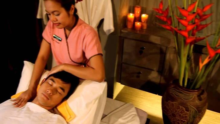 Завершающий этап тайского массажа - мастер воздействует на виски, крутит голову, пальчиками массирует лицо и веки.
