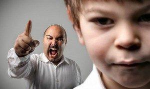 отец кричит на своего ребенка
