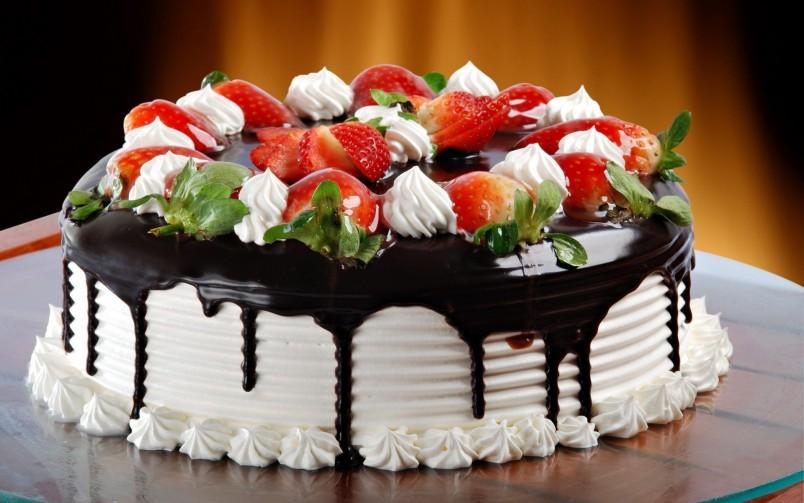 Торт, сделанный своими руками, станет отличным подарком любимому на его день рождения.