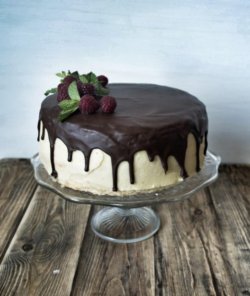 Шоколад-это маленькая радость. Он повышает настроение и отлично гармонирует с тортами любой формы.