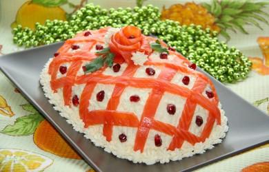 Нежные и сытные салатики из морепродуктов доставят удовольствие и гостям и домочадцам.